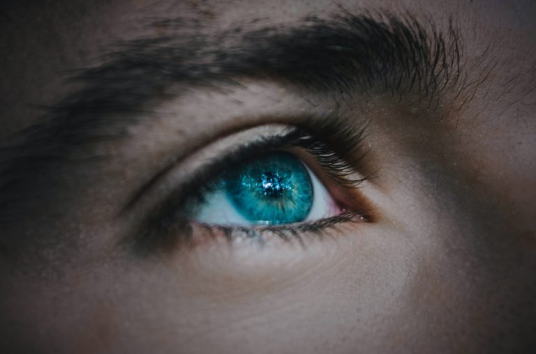 closeup photography of man's eye